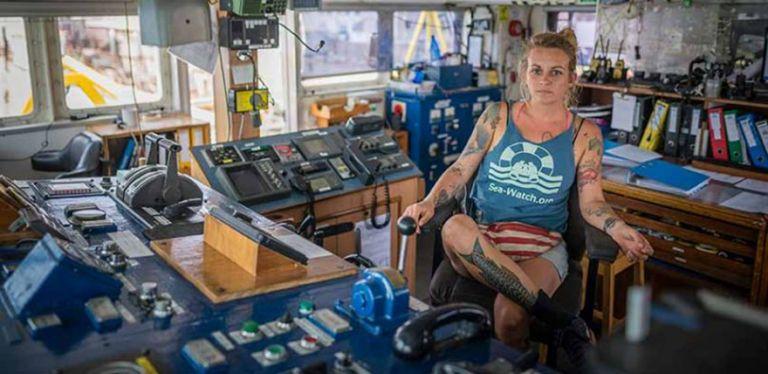 Κινδυνεύει με φυλάκιση η καπετάνισσα που σώζει πρόσφυγες στη Μεσόγειο | tanea.gr