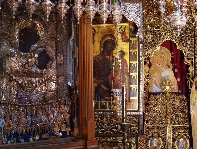 Εκλάπησαν τάματα από την ιερή εικόνα της Παναγίας της Πορταΐτισσας | tanea.gr