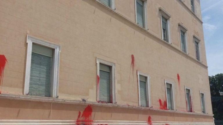 Επίθεση στη Βουλή: Τα μέλη του Ρουβίκωνα με τους πλούσιους φίλους | tanea.gr