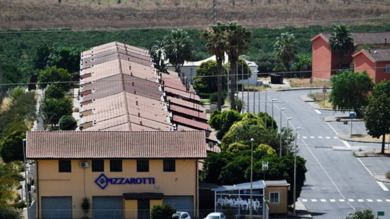Ιταλία: «Ρολά» κατεβάζει το μεγαλύτερο κέντρο υποδοχής μεταναστών   tanea.gr