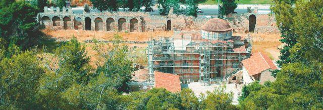 Εκλεισαν προληπτικά τα Μουσεία - Κατέρρευσε τμήμα του εξωτερικού περίβολου στη Μονή Δαφνίου | tanea.gr