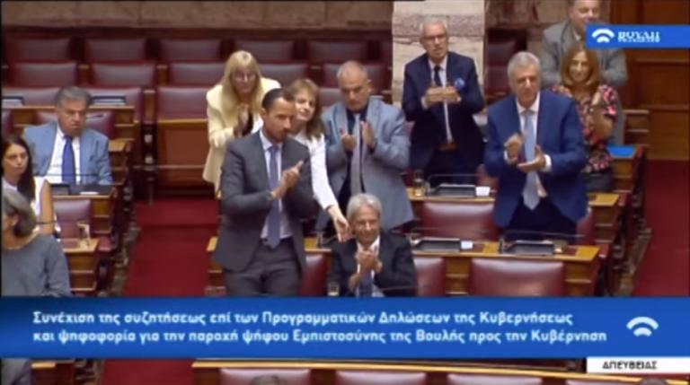 Το σκούντημα στον βουλευτή του Βελόπουλου για να χειροκροτήσει όρθιος | tanea.gr