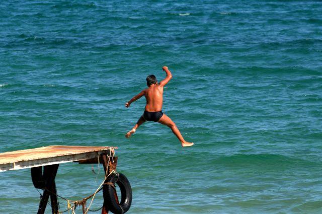 Πώς θα ανακουφίσεις το παιδί αν πάθει ηλιακό έγκαυμα | tanea.gr