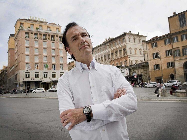 Ποιος είναι ο Ιταλός φαρσέρ που… «πέθανε» τον Κ. Παπούλια | tanea.gr