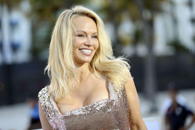 Pamela Anderson: Πώς την χαρακτήρισε έλληνας δημοσιογράφος | tanea.gr