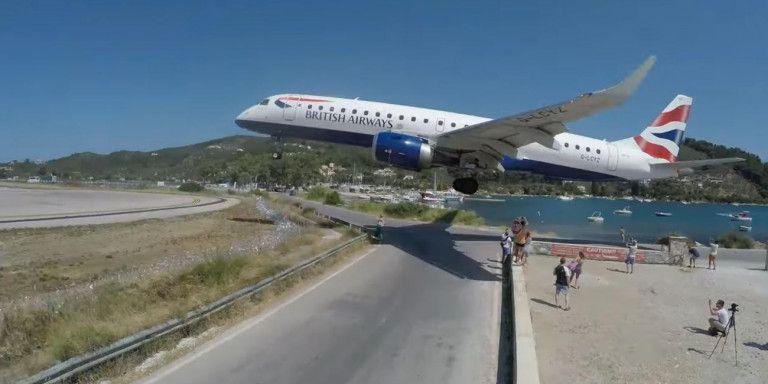 Σκιάθος: Τουρίστες σκύβουν για να προσγειωθεί αεροπλάνο | tanea.gr