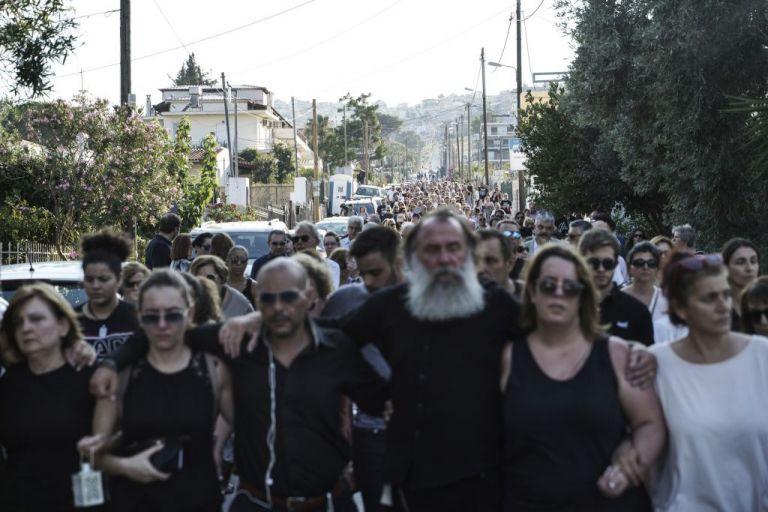 Μάτι: Σιωπηλός περίπατος στη μνήμη των νεκρών – Ηταν όλοι εκεί | tanea.gr