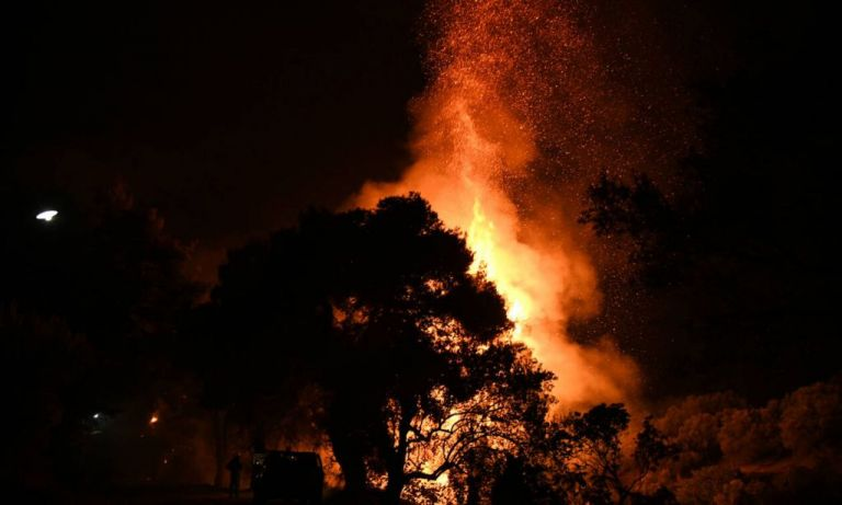 Μάχη με τις φλόγες στην Εύβοια σε τρία μέτωπα φωτιάς - Εκκενώθηκαν οικισμοί | tanea.gr