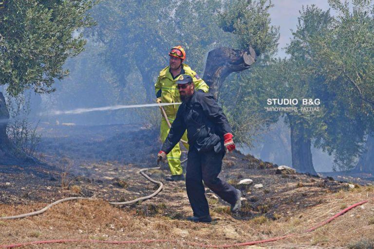 Στη μάχη με τις φλόγες ο ιερέας εθελοντής πυροσβέστης από το Ναύπλιο | tanea.gr
