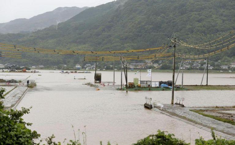 Πρωτοφανές: 800.000 κάτοικοι στην Ιαπωνία εγκαταλείπουν τα σπίτια τους λόγω βροχοπτώσεων | tanea.gr