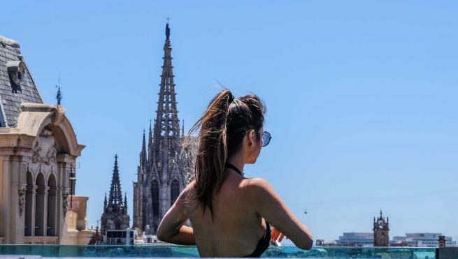 Η Βαρκελώνη αφήνει ελεύθερο το τόπλες στις δημόσιες πισίνες | tanea.gr