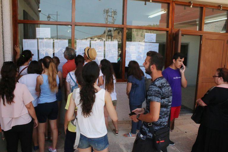 Πανελλήνιες: Πέφτουν οι βάσεις στις δημοφιλείς σχολές | tanea.gr