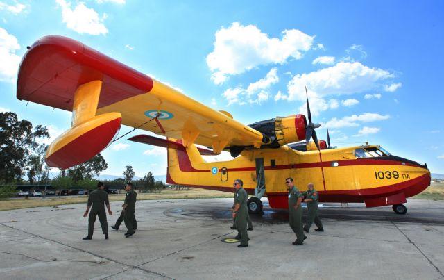 Δίπλα στους πιλότους των Καναντέρ ο αρχηγός της Πολεμικής Αεροπορίας | tanea.gr