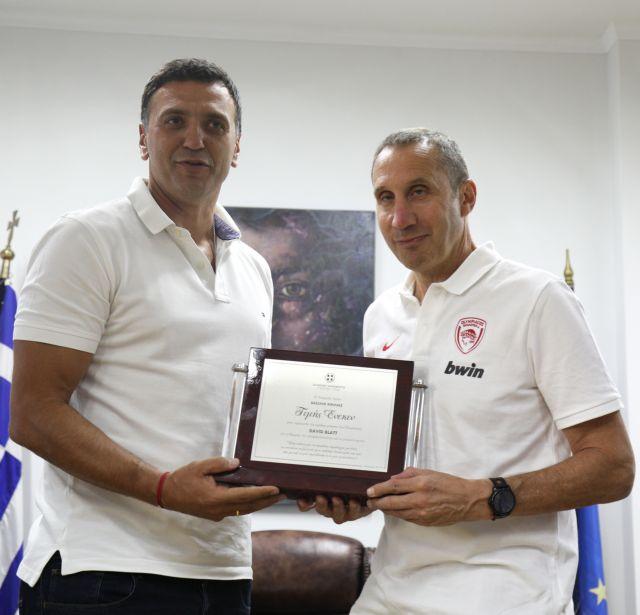 Συνάντηση Κικίλια – Μπλάτ: Τιμητική πλακέτα στον προπονητή του Ολυμπιακού   tanea.gr