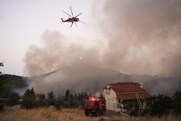 Μπήκε στα χωριά Μακρυμάλλη και Κοντοδεσπότι η φωτιά - Αναταράξεις απωθούν τα εναέρια μέσα | tanea.gr