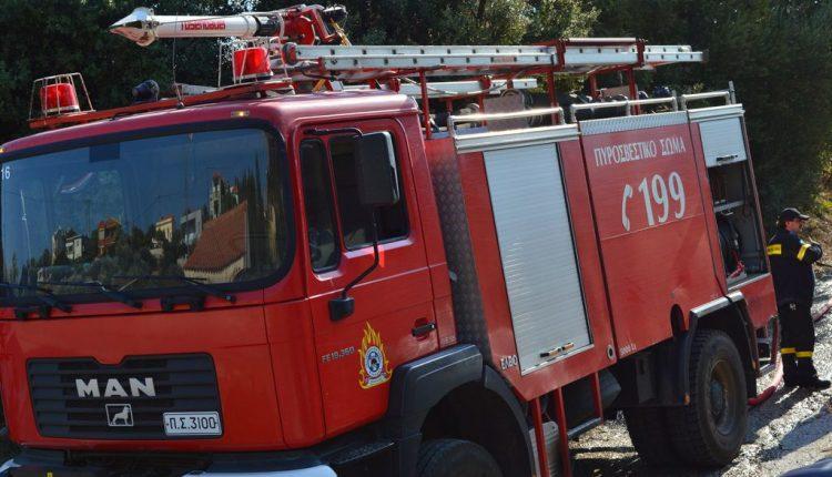 Φωτιά στον Ασπρόπυργο: Ανετράπη όχημα της Πυροσβεστικής | tanea.gr