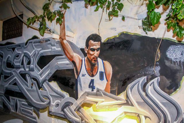 Το γκράφιτι του Γκάλη επέστρεψε με φανέλα της Εθνικής (Εικόνες) | tanea.gr