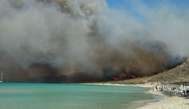 Ελαφόνησος: Ενισχύονται οι δυνάμεις πυρόσβεσης – Προληπτικές εκκενώσεις | tanea.gr