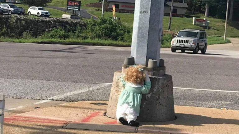 Ακέφαλες κούκλες προκαλούν πανικό στη μέση του δρόμου   tanea.gr