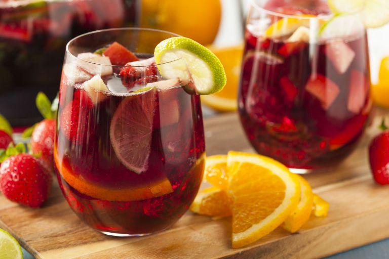 Σπιτική δροσερή σαγκρία με καλοκαιρινά φρούτα | tanea.gr