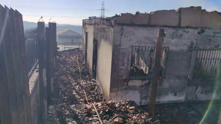 Φωτιά στον Υμηττό: Κάηκαν δύο σπίτια στην Παιανία | tanea.gr