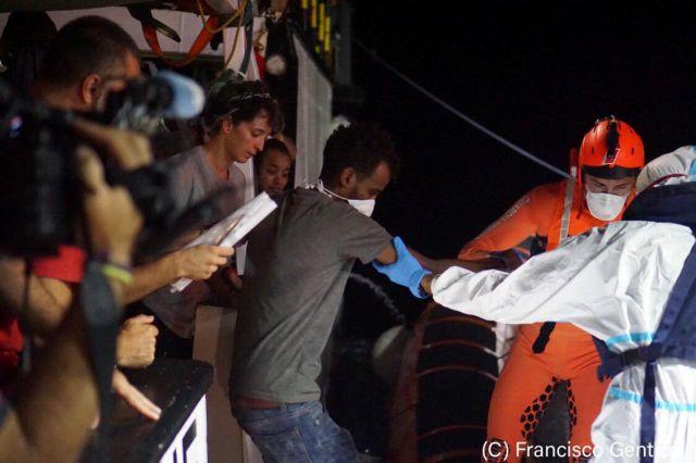 Βίντεο-σοκ: Πρόσφυγες πηδούν στη θάλασσα για να φτάσουν στη Λαμπεντούζα | tanea.gr
