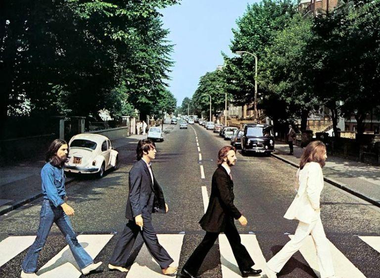 Beatles: Εκατοντάδες φαν γιορτάζουν την 50ή επέτειο της φωτογραφίας του «Abbey Road» | tanea.gr