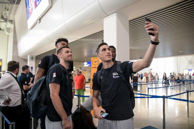 H selfie με τους… μάγκες από την αναχώρηση της Εθνικής   tanea.gr