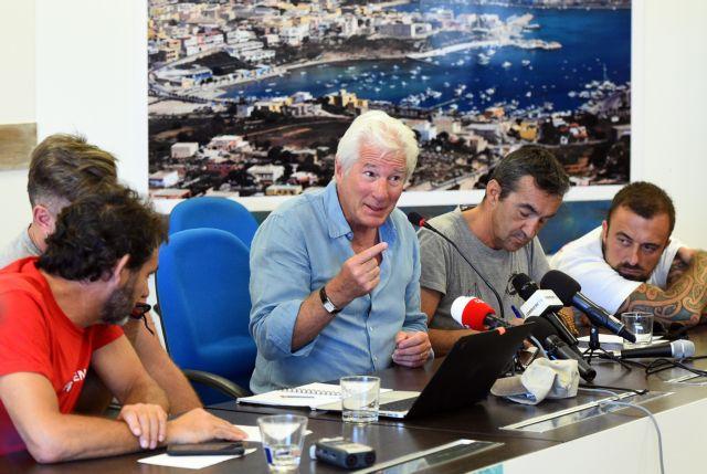 Ο Ρίτσαρντ Γκιρ απαντά στον Σαλβίνι για τους μετανάστες | tanea.gr