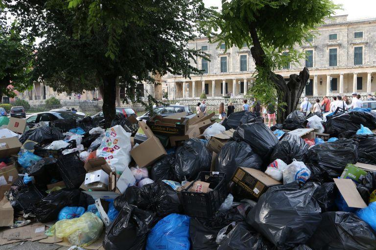Πνίγεται στα σκουπίδια η Κέρκυρα - Σε ιδιώτη η διαχείριση | tanea.gr