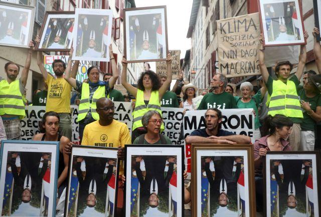 Πορεία διαμαρτυρίας για τη σύνοδο της G7 με φωτογραφίες του Μακρόν | tanea.gr