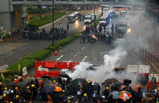 Χονγκ Κονγκ: Πυροβολισμοί και αντλίες νερού κατά των διαδηλωτών | tanea.gr