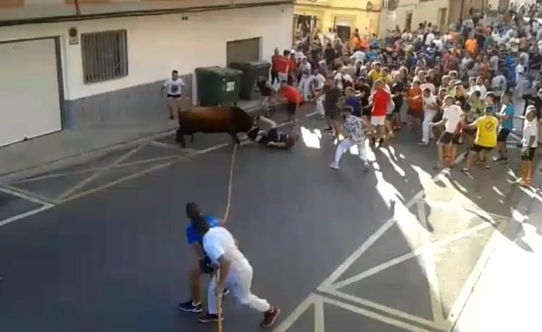 Ισπανία: Σοκαριστικό βίντεο με ταύρο που χτυπάει και σκοτώνει άνδρα σε φεστιβάλ | tanea.gr