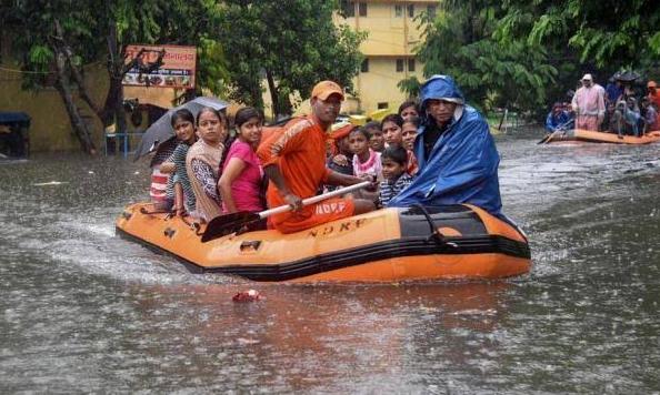 Ινδία : Τουλάχιστον 120 νεκροί από φοδρές βροχοπτώσεις | tanea.gr