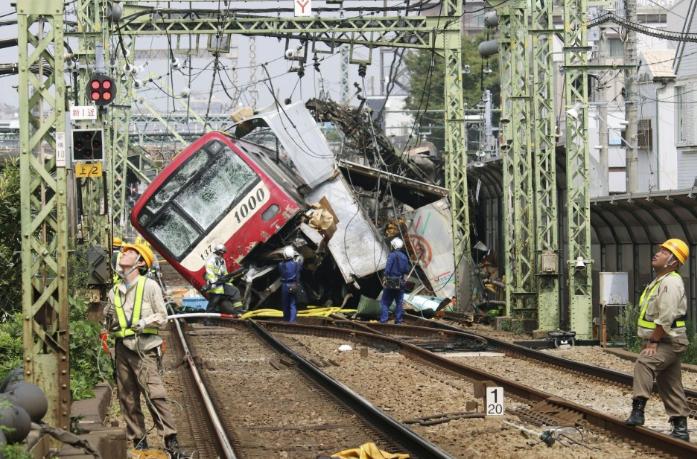 Ένας νεκρός και 34 τραυματίες από σύγκρουση τρένου με φορτηγό στη Γιοκοχάμα   tanea.gr