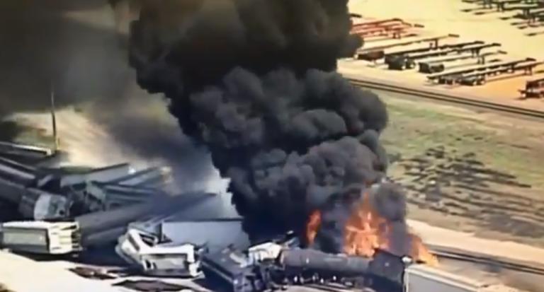 Τρένο εκτροχιάστηκε και τυλίχθηκε στις φλόγες στις ΗΠΑ | tanea.gr