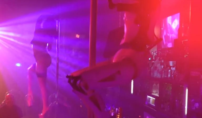 Το πρώτο στριπτιζάδικο στον κόσμο με χορεύτρια... ρομπότ | tanea.gr
