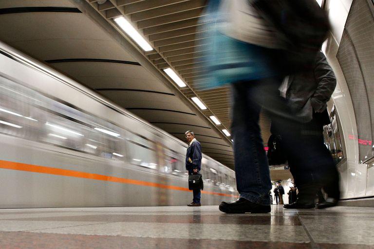 Συναγερμός στον Άγιο Δημήτριο: Ανδρας έπεσε στις ράγες στο μετρό | tanea.gr