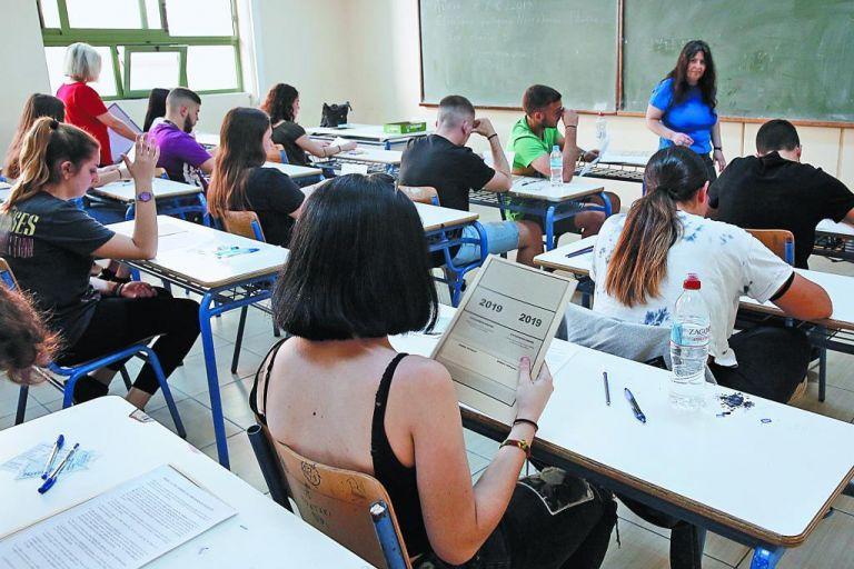 Υπεγράφη η κατάργηση αναγραφής του θρησκεύματος στους τίτλους σπουδών | tanea.gr