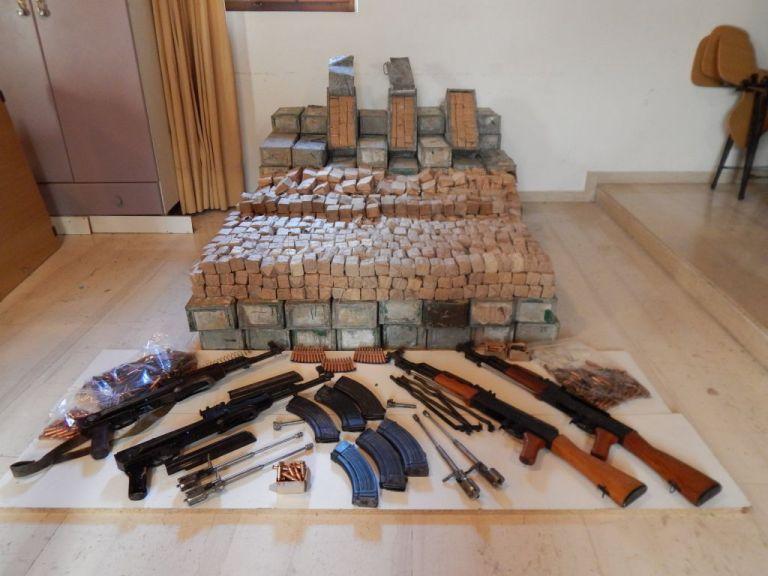 Σπείρα εμπορίας Καλάσνικοφ πίσω από γεμάτο με όπλα φορτηγό | tanea.gr