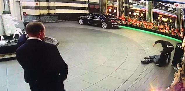Σοκαριστικό βίντεο: Αγριος ξυλοδαρμός αστέγου σε πολυτελές ξενοδοχείο   tanea.gr