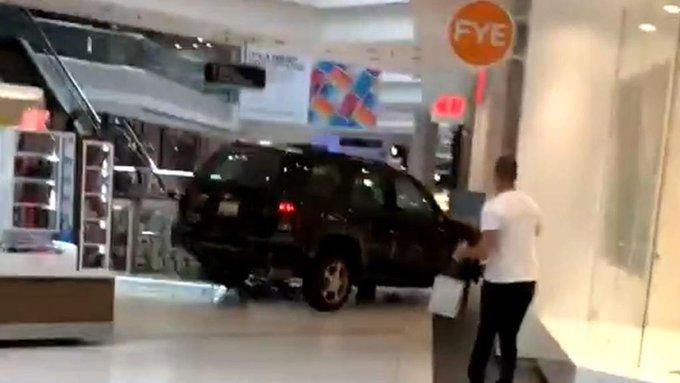 Πανικός στο Σικάγο: Άγνωστος εισέβαλε με αυτοκίνητο σε εμπορικό κέντρο | tanea.gr