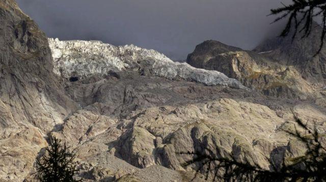 Σε επιφυλακή οι ιταλικές Αρχές λόγω του κινδύνου κατάρρευσης παγετώνα από το Mont Blanc | tanea.gr