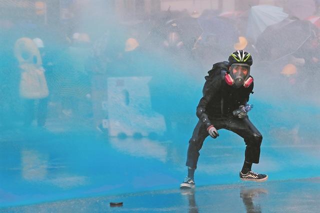 Σημαδεύουν με μπογιά όσους διαμαρτύρονται | tanea.gr