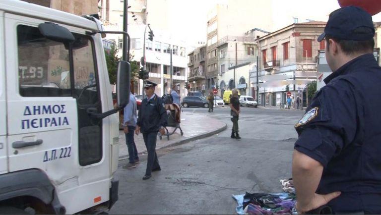 Πειραιάς: Κατασχέθηκαν τρεις τόνοι παλαιών ειδών σε επιχείρηση της ΕΛ.ΑΣ κατά του παρεμπορίου   tanea.gr