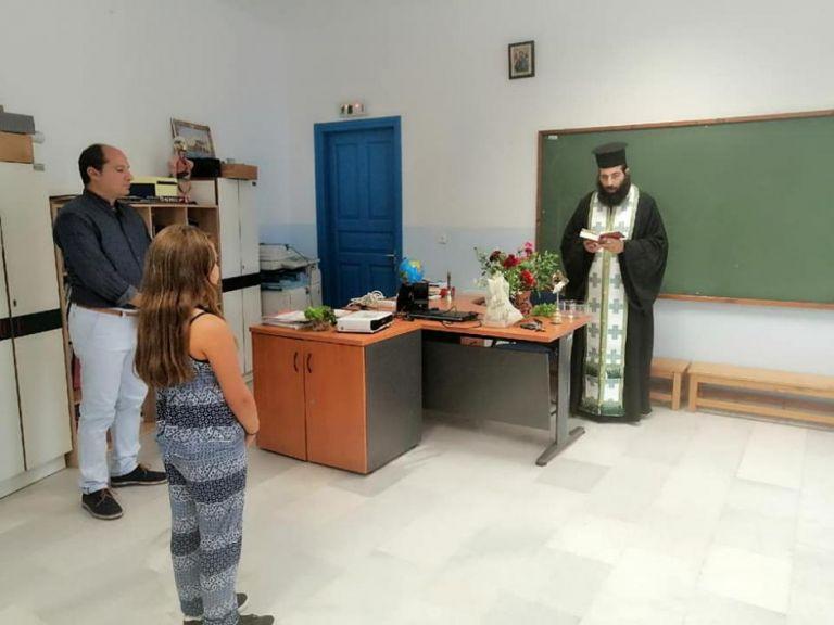 Αγιασμός με μία μαθήτρια σε σχολείο της Νάξου | tanea.gr