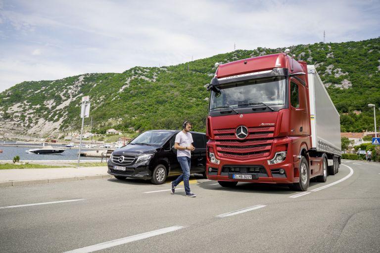 Mercedes-Benz: Τα συστήματα ασφαλείας συστήνονται στους επαγγελματίες οδηγούς   tanea.gr