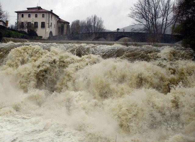 Ισπανία: Αυξάνεται ο αριθμός των νεκρών από τις πλημμύρες   tanea.gr