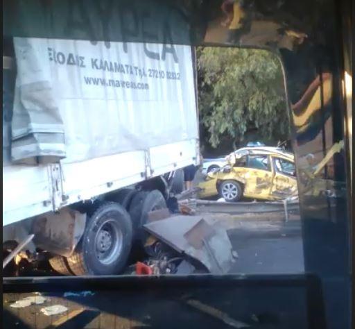 Ανατροπή νταλίκας στην Αθηνών - Κορίνθου με τρεις τραυματίες   tanea.gr