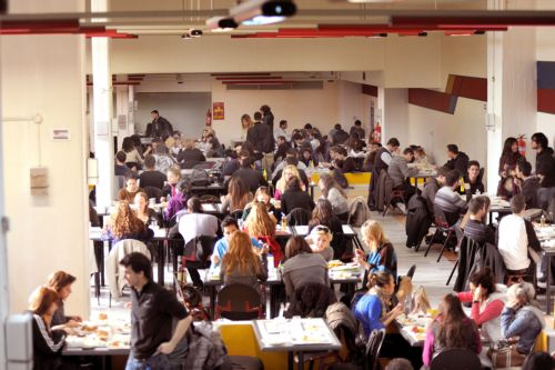 Θεσσαλονίκη: Eφτυσαν και απείλησαν τον διευθυντή των φοιτητικών εστιών   tanea.gr